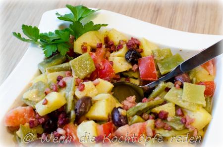 Rustikalsalat mit Karotffeln, Bohnen und gegrilltem Speck