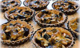 Herzhafte Auberginen-Tartelettes mit Mozzarella und Pinienkernen
