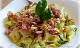 Leichte Zucchini-Bandnudeln mit Ziegenkäsesauce und gegrilltem Schinken (Zoodles)